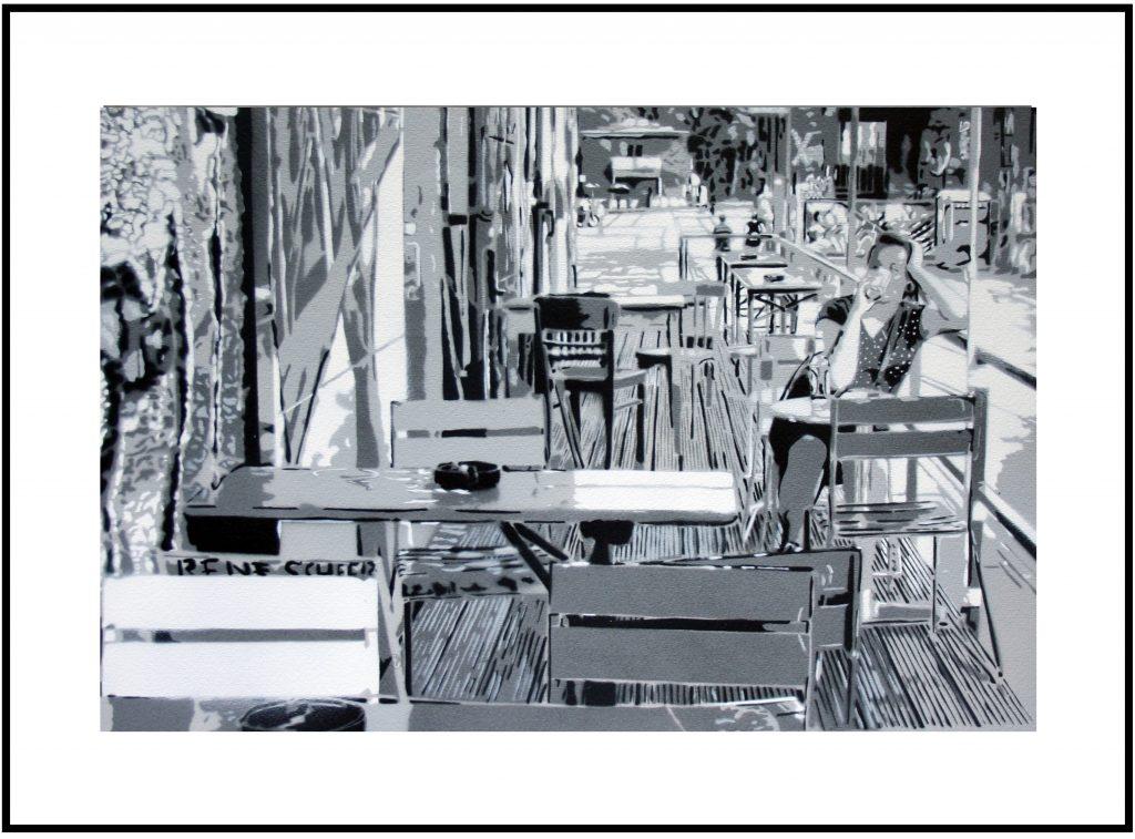Das Stencil zeigt eine Frau auf dem Berliner RAW-Gelände ide in der Sonne einen Kaffee trinkt. Es ist aus 6 Schablonen entstanden und in grau gehalten.