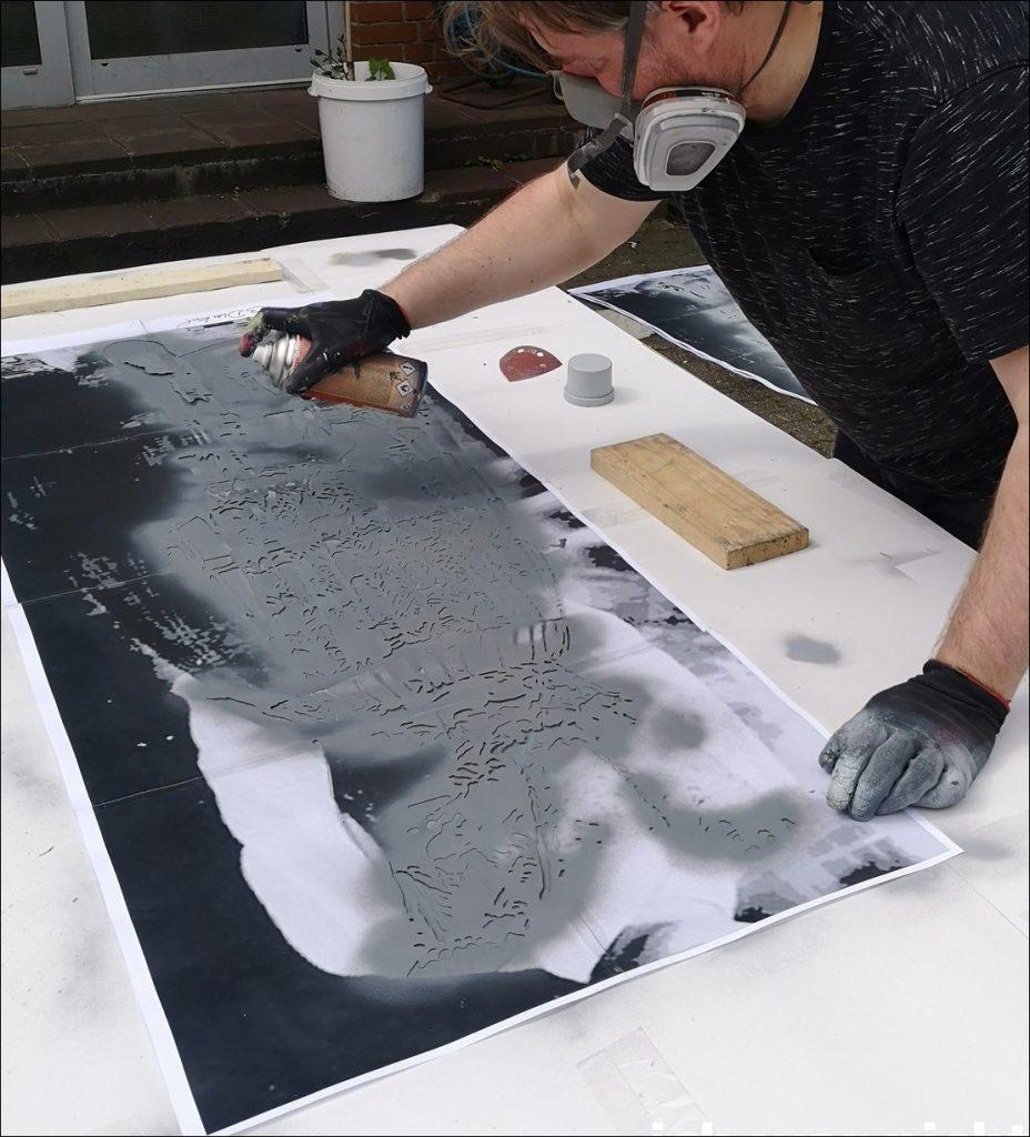 Im Sommer 2020 beende ich mit meine Kunstkollegen Dete unsere große Arbeit der Chimären, auf dem Bild sieht man mich mit Gasmaske einer der letzten Arbeiten sprühen.
