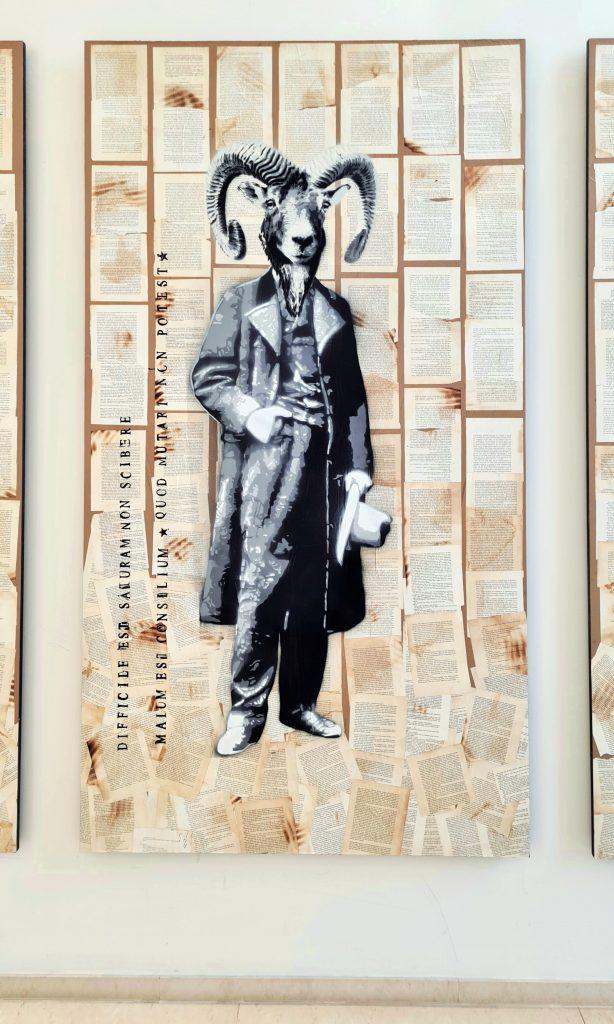 Übersicht der Stencil Arbeiten in Hamburg an der Alster, das Bild zeigt Chimäre, das heißt Fabelwesen mit Tierköpfen und Menschenkörper, Diese Form des Graffiti ist aus Schablonen und Sprühdose entstanden. Es hält sich in Scwarz-weiß und mehreren Grautönen. Hier ist der Kopf eines Ziegenbockes zu sehen mit dem Körper eines Mannes in klassischer Kleidung des 19. Jahrhunderts.