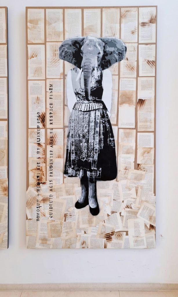 Übersicht der Stencil Arbeiten in Hamburg an der Alster, das Bild zeigt Chimäre, das heißt Fabelwesen mit Tierköpfen und Menschenkörper, Diese Form des Graffiti ist aus Schablonen und Sprühdose entstanden. Es hält sich in Scwarz-weiß und mehreren Grautönen. Hier ist der Kopf eines Elefanten zu sehen mit dem Körper einer Frau in bäuerlichen-festlichen Kleidung des Ende des 19. Jahrhunderts Jahrhunderts.